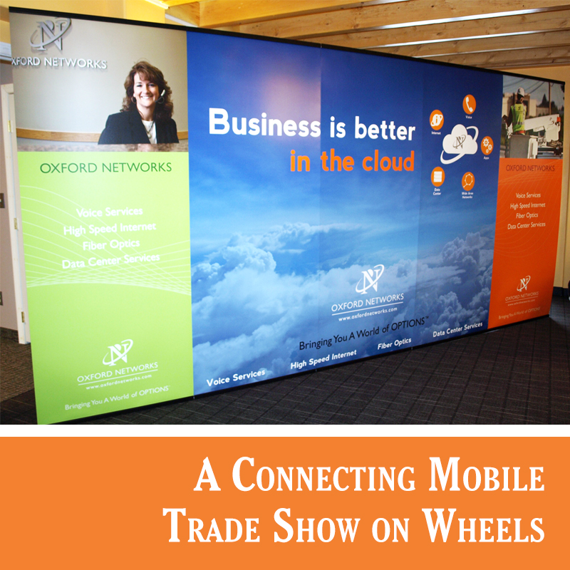 Connecting trade show banner stand system